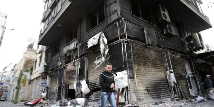 Un bâtiment carbonisé à Lattaquié, au nord de Damas, le 27 mars.