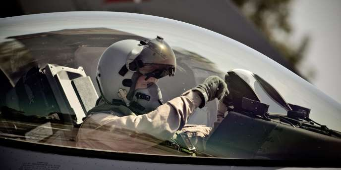 Un pilote de F-16 danois quelques instants avant son décollage à destination de la Libye depuis la base de Signella , en Sicile, mardi 5 avril 2011.