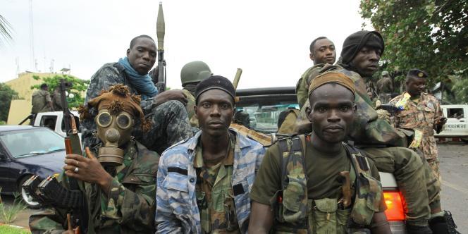 Des membres des forces ouattaristes se préparant à attaquer la résidence de Laurent Gbagbo, le 5 avril 2011.