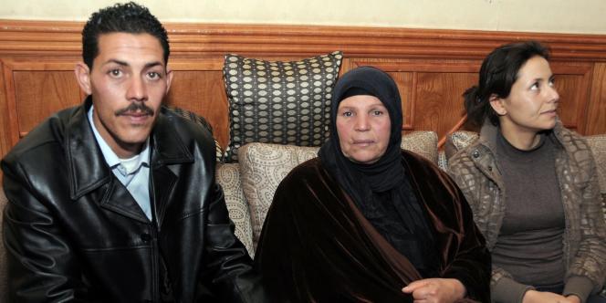 La famille de Mohamed Bouazizi (de gauche à droite : son frère Salem, sa mère Manoubia, sa sœur Leila) à Tunis, le 22 mars 2011.