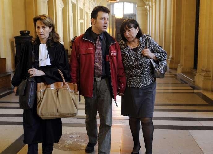 Sylvie et Dominique Mennesson et leur avocate, Nathalie Boudjerada, quittent le palais de justice de Paris, mercredi 6 avril, après l'examen par la Cour de cassation de leur pourvoi.