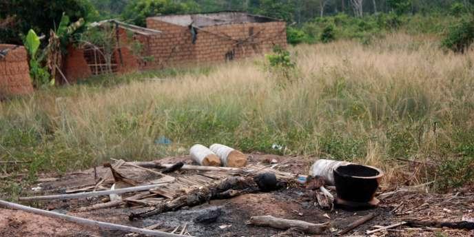 Un corps brûlé découvert à Duékoué après le massacre des 29 et 30 mars 2011.