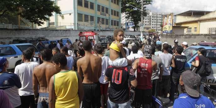 Devant l'école Tasso da Silveira, dans le quartier de Realengo à Rio de Janeiro, où une fusillade a eu lieu, jeudi 7 avril.