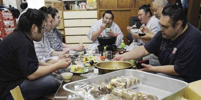 Des sumos prennent un repas comprenant des produits issus de la préfecture de Fukushima à Tokyo le 7 avril.