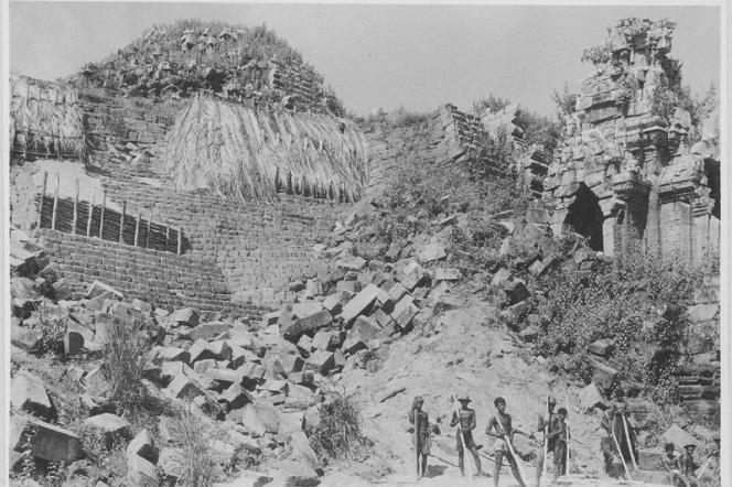Photo prise dans les années 1940 montrant un effondrement du temple.