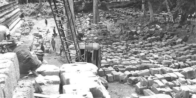 Démontage des quelque 300 000 pierres du Baphuon, dans les années 1960.