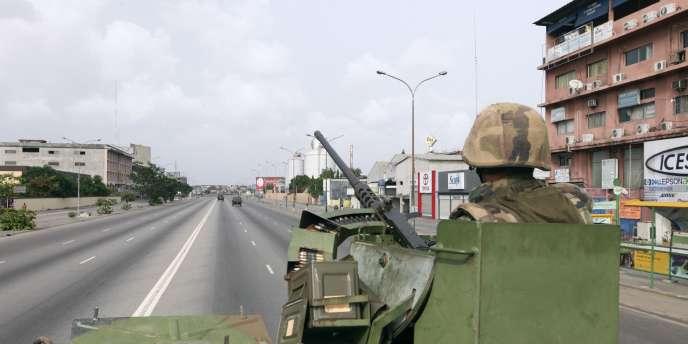 Militaires français dans Abidjan, le 9 avril 2011.