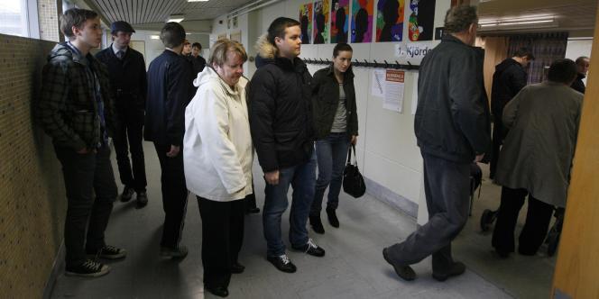 Des Islandais entrent dans un bureau de vote à Reykjavik, le 9 avril 2011.