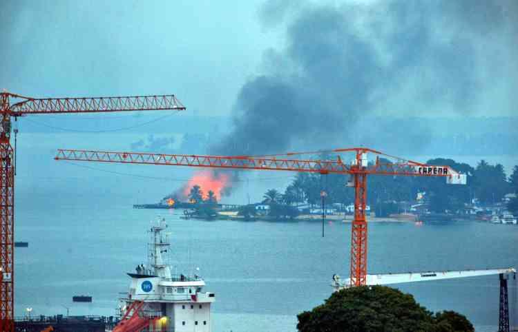 Un incendie s'est déclaré sur la base navale à Abidjan, le 10 avril 2011.