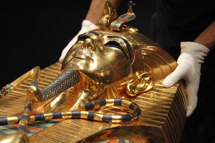 Une réplique du sarcophage du pharaon Toutankhamon est présentée dans le cadre de l'exposition «Toutankhamon, son tombeau et ses trésors», à Paris.