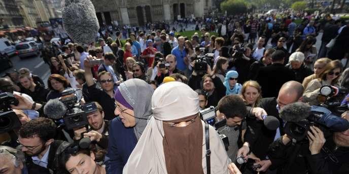 Une femme portant le niqab manifeste devant Notre Dame de Paris, lundi 11 avril.