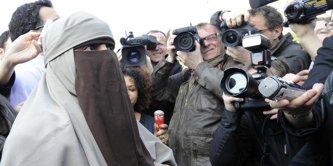 Des femmes portant un voile intégral se sont regroupées à Paris, sur le parvis de Notre-Dame, le 11 avril.