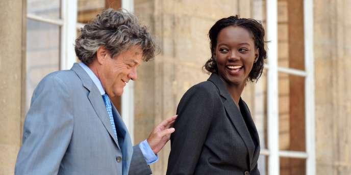Jean-Louis Borloo et Rama Yade, alors respectivement ministre de l'écologie et secrétaire d'Etat aux sports, en juillet 2009 sur le perron de l'Elysée.