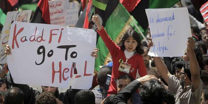 Des manifestants réclament le départ de Kadhafi à Benghazi lundi 11 avril.
