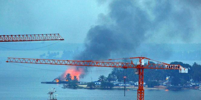 Un incendie s'est déclaré à la base navale contrôlée par les forces loyales à Laurent Gbagbo, le 10 avril 2011.