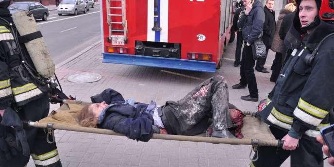 Une victime de l'explosion est prise en charge par les secours à Minsk, en Biélorussie le 11 avril.