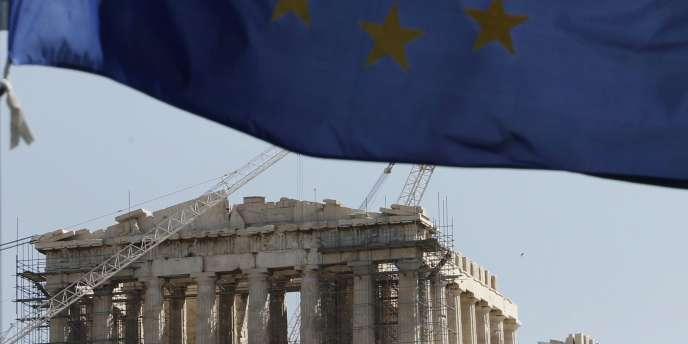 Le drapeau européen devant le temple du Parthénon en rénovation, à Athènes, le 11 avril.