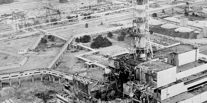 La centrale nucléaire de Tchernobyl après l'explosion, en avril 1986.