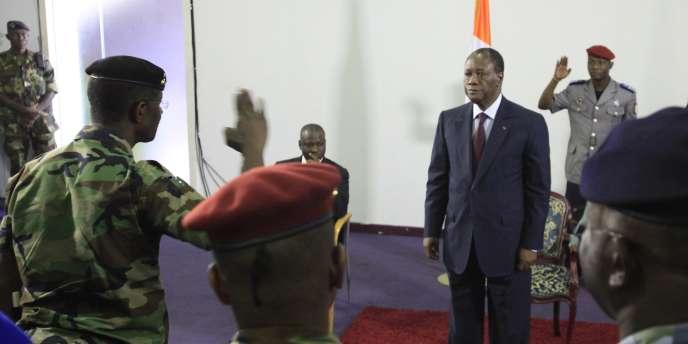 Le général Philippe Mangou prête allégeance au président Alassane Ouattara, le 12 avril 2011.