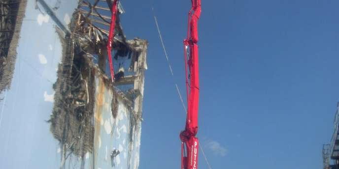 Une intervention sur le haut du réacteur 4 de Fukushima Dai-Ichi, photo rendue publique par Tepco le 12 avril.