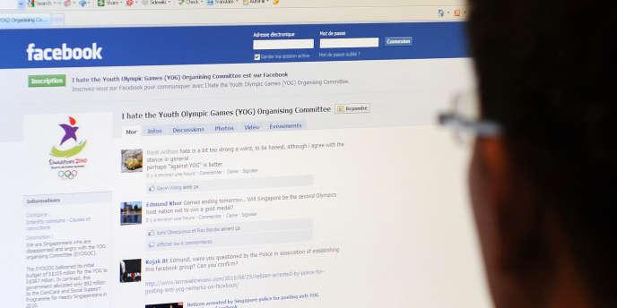 Un internaute consulte un réseau social.