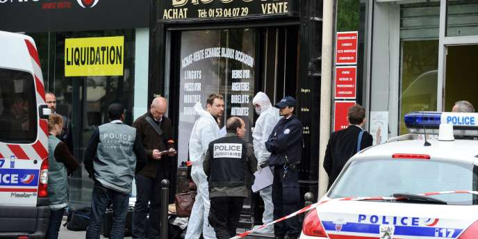 Le gérant d'une bijouterie parisienne est mort après avoir été agressé par un braqueur, mercredi 13 avril.
