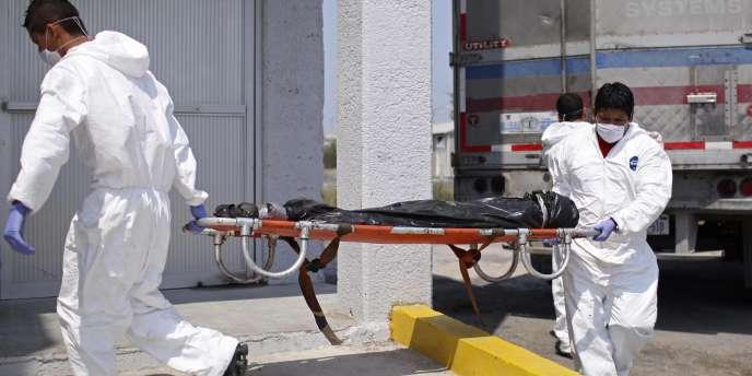 Des employés de la morgue transportent le corps d'une des victimes découvertes à Matamoros, dans le nord du Mexique, le 8 avril.
