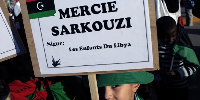Une petite fille libyenne tient une pancarte remerciant Sarkozy à Benghazi, fief des insurgés, le 12 avril 2011.