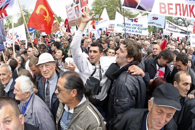 Des délégations venues de tout le pays agitaient des banderoles réclamant des élections législatives anticipées et