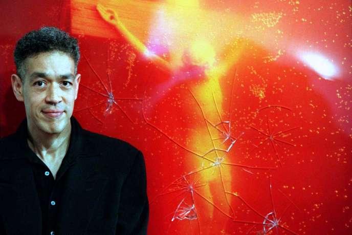 L'artiste américain Andres Serrano devant sa photographie