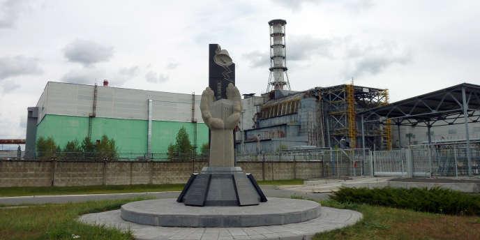 Le réacteur n° 4 de la centrale de Tchernobyl est recouvert par un sarcophage de fortune depuis la catastrophe nucléaire, en 1986.
