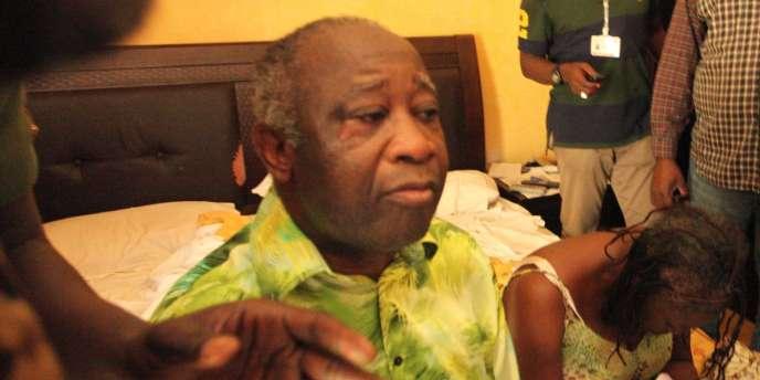 Laurent Gbagbo et son épouse Simone à leur arrivée à l'Hôtel du Golf d'Abidjan après leur arrestation, le 11 avril 2011.