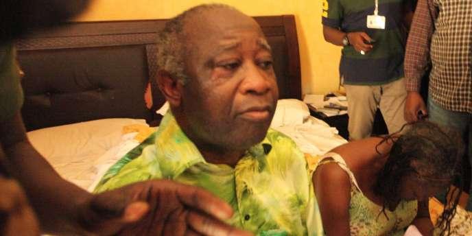 Laurent et Simone Gbagbo à leur arrivée à l'Hôtel du Golf où ils sont détenus depuis leur arrestation, lundi 11 avril.