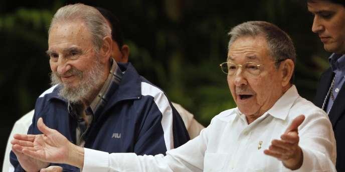 Fidel (à gauche) et Raul Castro, lors du 6e congrès du Parti communiste cubain.