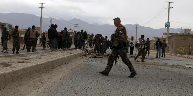 Un soldat français sur les lieux d'une attaque suicide, le 9 avril 2011, à Kaboul, Afghanistan.