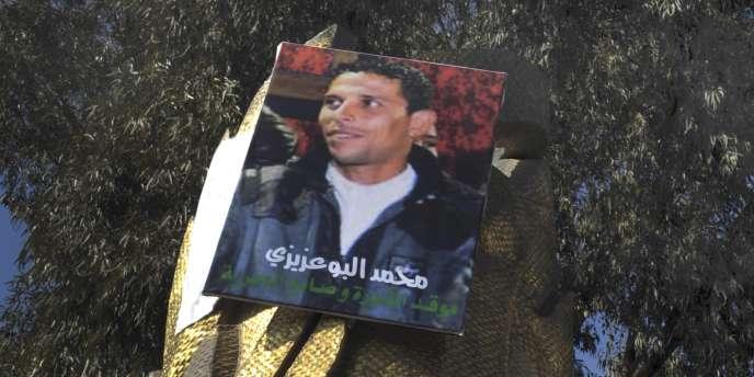 Un portrait de Mohamed Bouazizi, à Sidi Bouzid (Tunisie), le 19 janvier 2011.