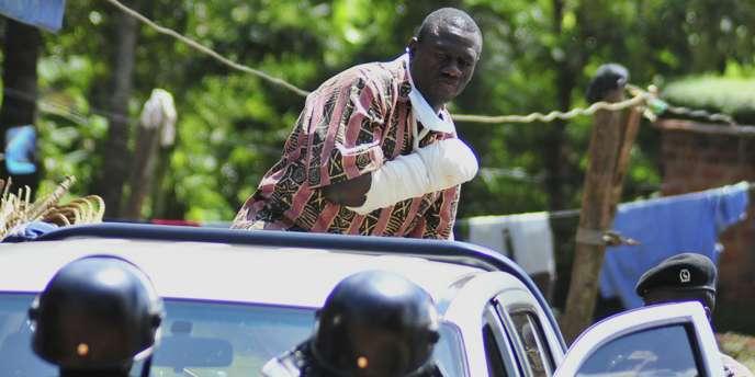 Kizza Besigye a déjà été interpellé et accusé cette semaine d'incitation à la violence lors de manifestations contre les hausses de prix.