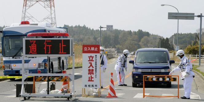 Un barrage de police à Minami-Soma, à 20 kilomètres de Fukushima, le 21 avril 2011.