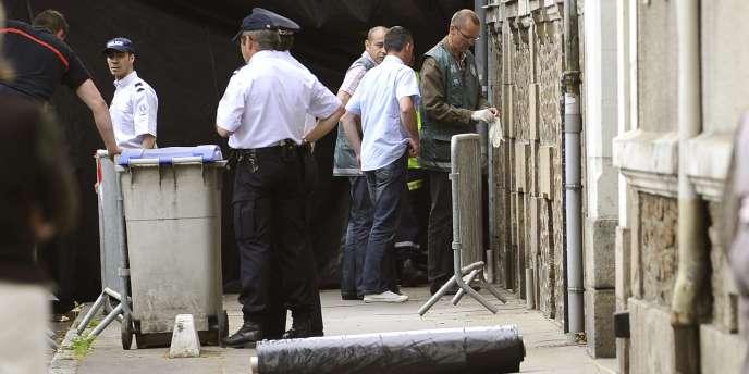 Les enquêteurs ont découvert cinq corps dans le jardin de cette maison de Nantes, en Loire-Atlantique, jeudi 21 avril 2011.