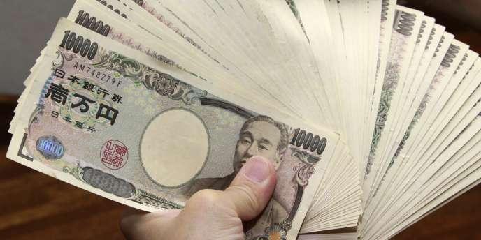 La devise nippone est tombée, jeudi 9 mai, jusqu'au seuil symbolique de 100 yens pour 1 dollar.