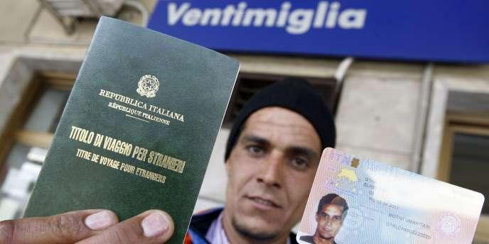 Un migrant tunisien muni d'un