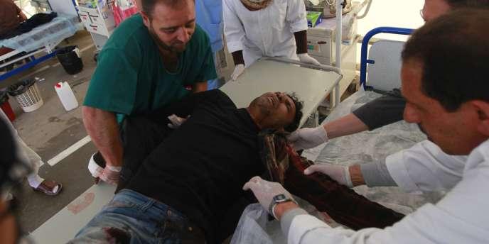 Un rebelle blessé transporté à l'hôpital de Misrata, le 22 avril