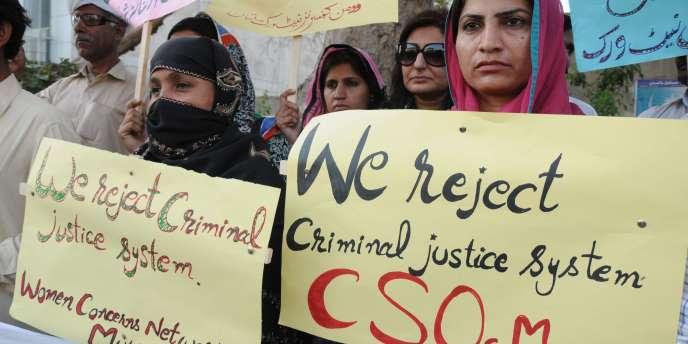 Des manifestants à Multan, dans le Pendjab, dénoncent, jeudi 21 avril, l'arrêt de la Cour suprême pakistanaise, et réclament