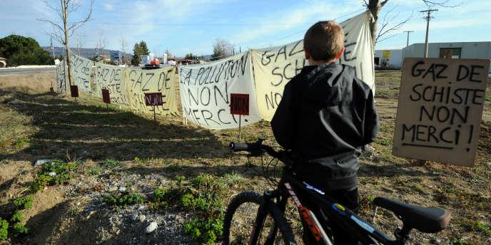 Des banderoles contre l'exploitation de gisements de gaz de schiste déployées le 26 février à Villeneuve-de-Berg (Ardèche).