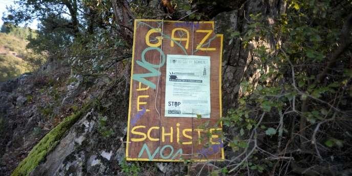 Affiche hostile aux recherches sur les gaz de schiste, à Beaumont, en Ardèche.