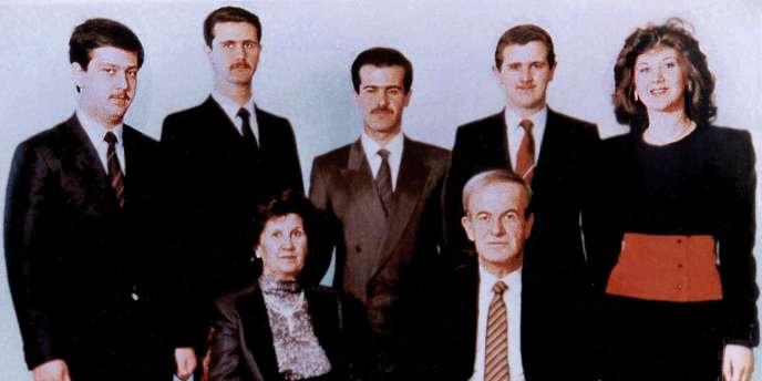 Photo de famille en 1985 : assis, le président Hafez Al-Assad et sa femme Anissa Makhlouf. Debout au centre, Bassel, le fils aîné mort dans un accident. A sa droite, Bachar, président de la Syrie depuis 2000.