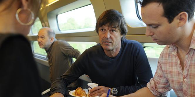 Nicolas Hulot dans le train l'emmenant à Strasbourg, le 25 avril 2011.
