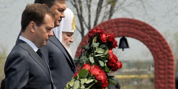 Le président russe Dmitri Medvedev, au côté de son homologue ukrainien, Viktor Ianoukovitch, à l'occasion d'une cérémonie, a estimé que la catastrophe de Tchernobyl avait enseigné au monde entier que toute la vérité devait être dite aux populations.