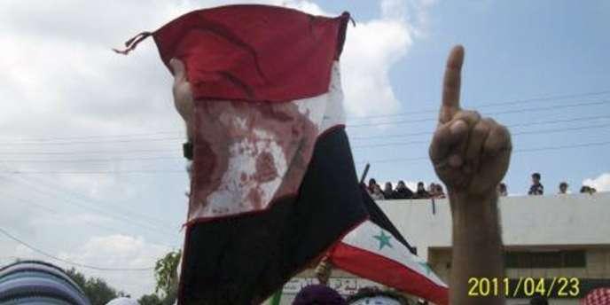 Une image prise par un téléphone portable montre une manifestation dans les rues de Douma, le 23 avril 2011.
