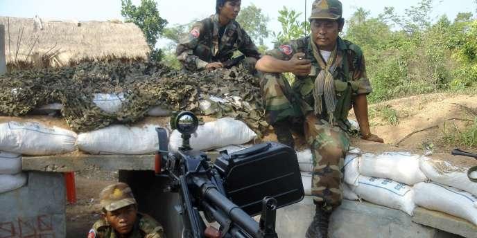 Des militaires cambodgiens dans leurs positions, le long de la frontière avec la Thaïlande, le 26 avril 2011.